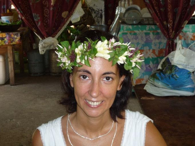 Posando con la corona de flores que están haciendo para la boda
