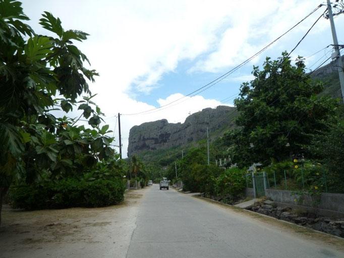 la vía principal que da la vuelta a la isla
