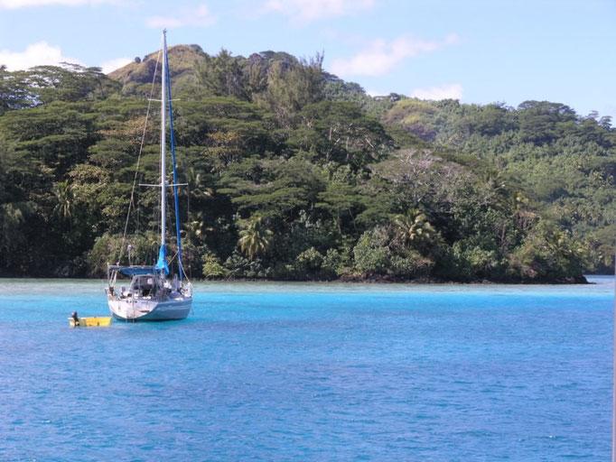 Barco fondeado en las afueras de Port Bourayne