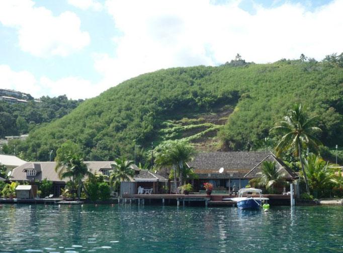 Casas en el canal de entrada a Tahiti