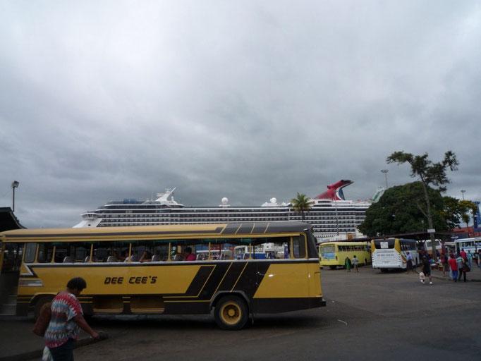 Estación de autobuses de Suva con crucero del día