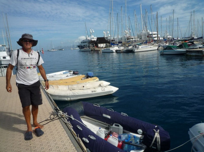 Dinghy dock en Marina Taina