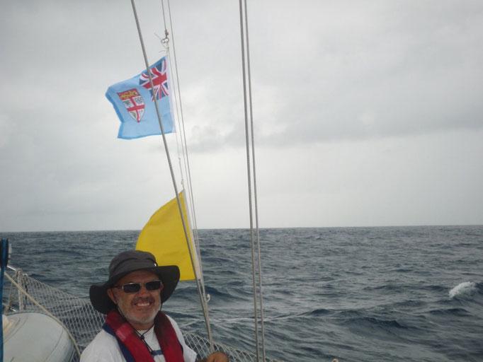 Izando las banderas de rigor
