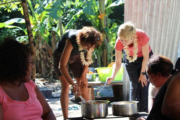 Eva y Virgi preparan una comida para las mujeres