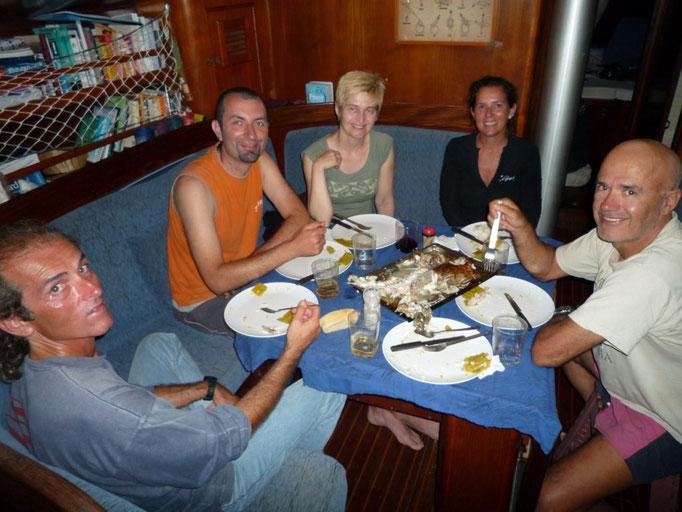 Alberto atrapó un hermoso mero y lo comemos todos juntos