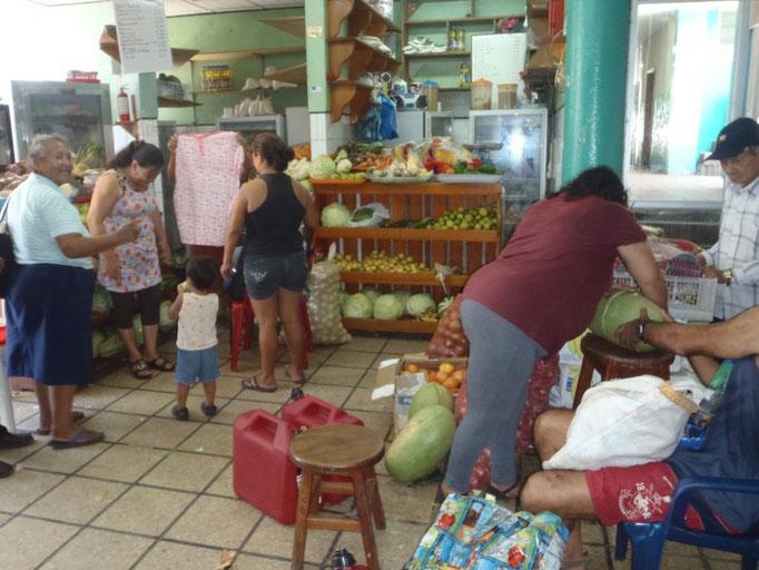 Comprando media sandía en el mercado municipal de Puerto Ayora