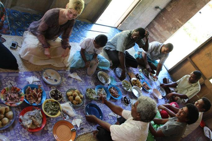 Nos invitan a comer tras la misa en casa de Tai y Koro