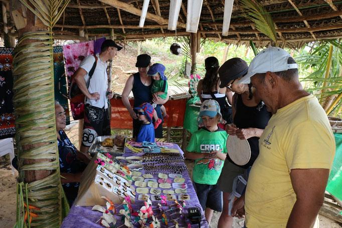 Mercado de artesanía en Lape Island