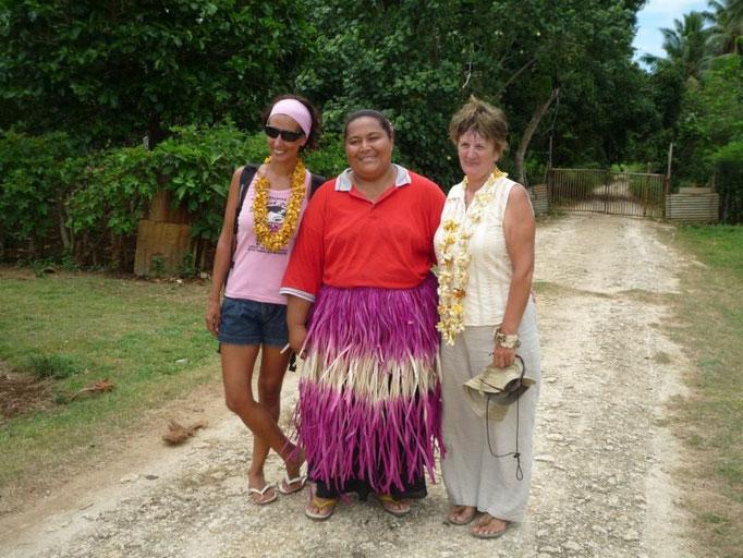 Con la anfitriona y Carmel, del Taima