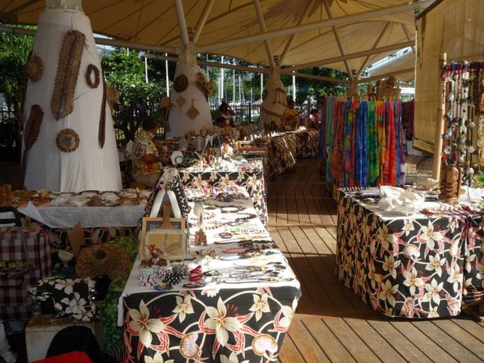 Mercado de artesanías en el centro de Papeete