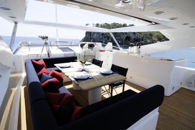 Flybridge Luxusyacht
