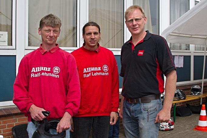 Holger Altmann (Mitte), der 1989 als erster Deutscher Meister für den MSC Land Hadeln erfolgreich war, zwischen dem heutigen Trainergespann, Oskar Föge (li.) und Sascha Schlüer (re.)