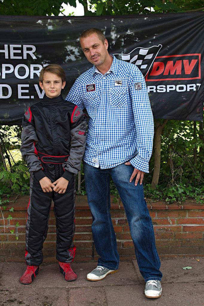 Stolze Sieger - Vater und Sohn: Joel Selenski (li.) gewann nicht nur den 6. Vorlauf der Klasse 2 in Cadenberge, sondern auch die Norddeutsche Meisterschaft!