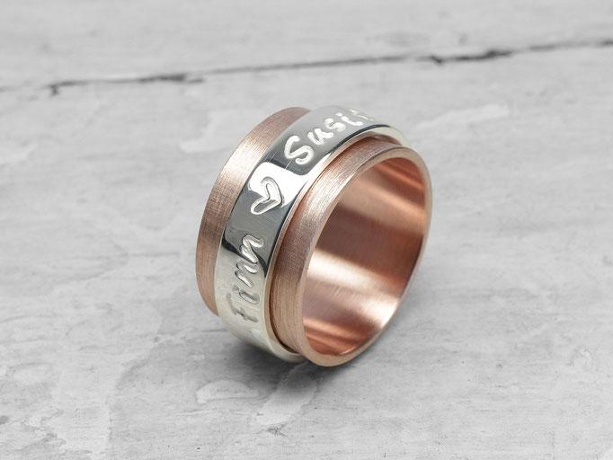 Die Familie auf einem Ring vereint.