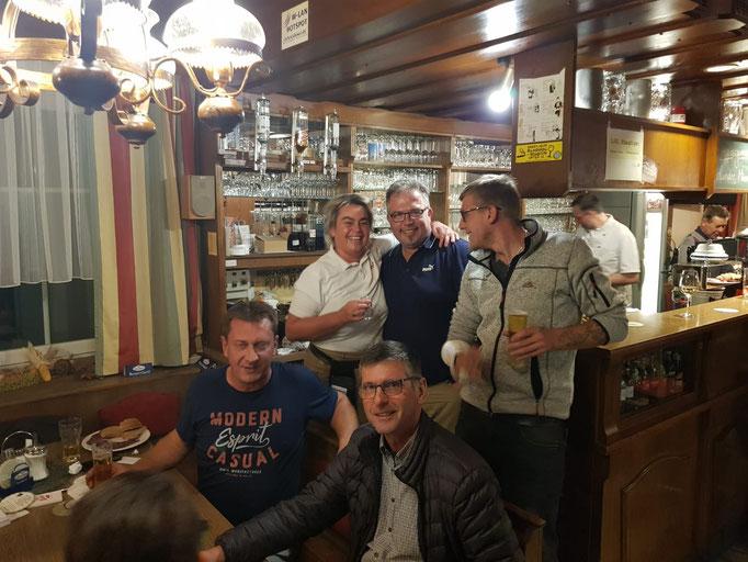 Neo-GL Leopold Deimel neben Jugend-Referee Scheidl sowie Gattin und Kellnerin Gitti