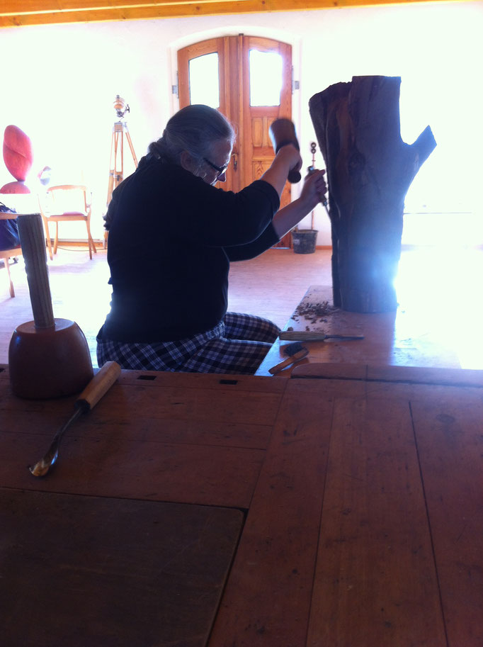 Holzbearbeitung/ Bildhauerei im Atelier