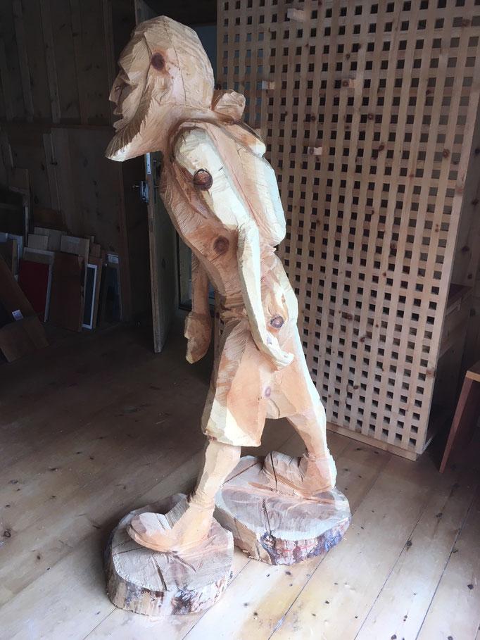 Holzskulptur Wanderer