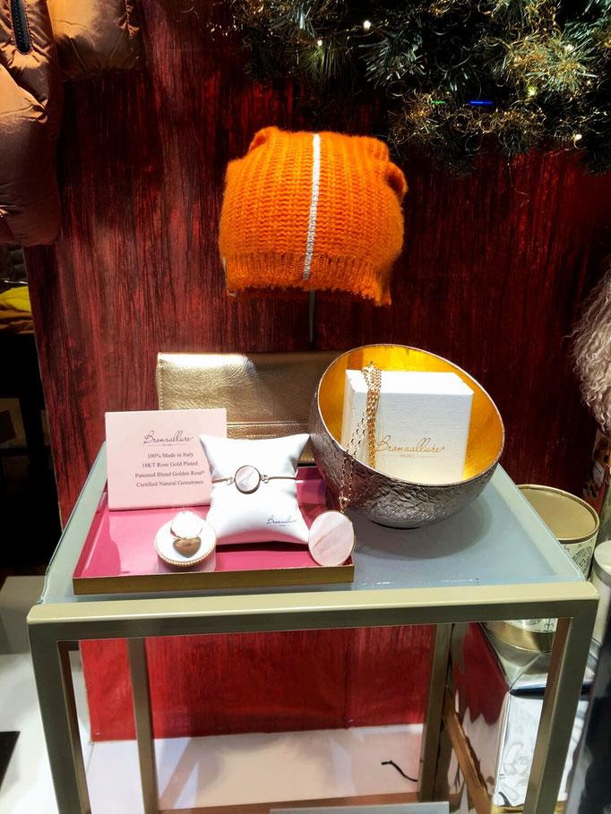 Mütze Henry Christ 119€, Geldbeutel Rosemunde 49€, Kette Bronzeallure 129€, Armband Bronzeallure 79€, Ring Bronzeallure 89€