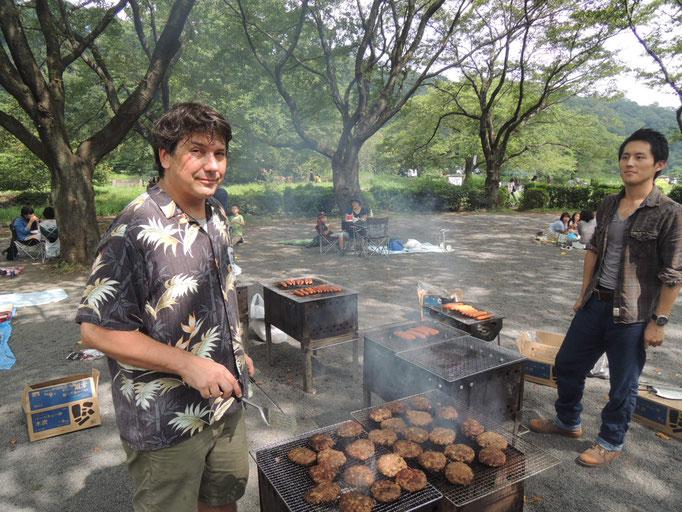 90人のBBQ@上大島キャンプ場。自家製のハンバーガーパティを焼いています