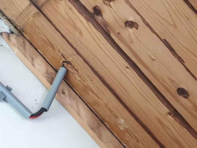 Zonder bescherming door het houten dakbeschot gevoerd