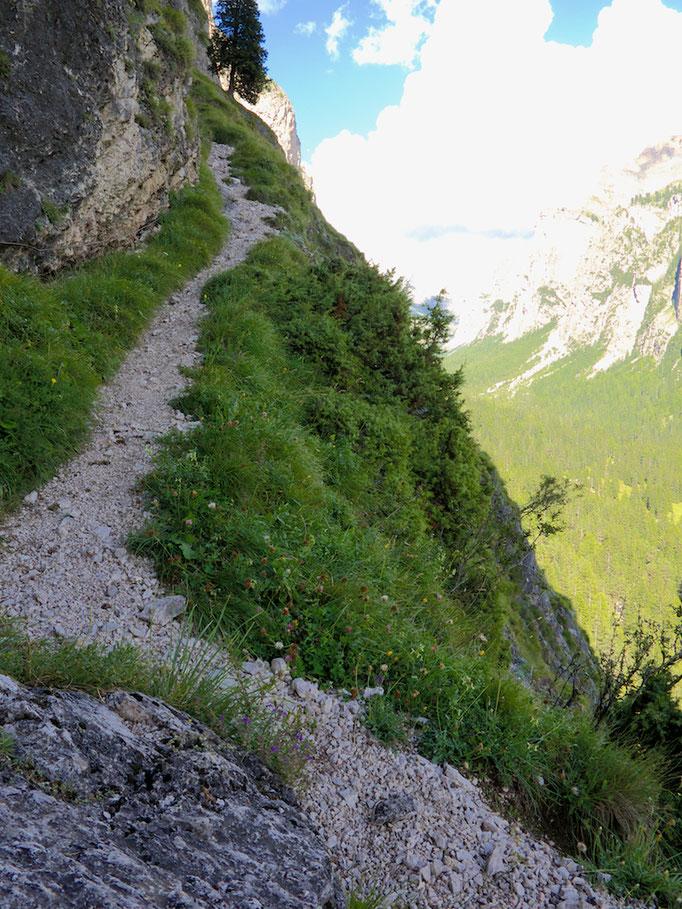 Hiking trail behind Schloss Wolkenstein, Wolkenstein (Selva),  Südtirol (Alto Adige), Italy
