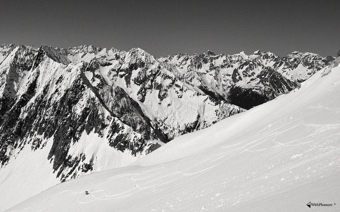Wunderschöne Kulisse bei der Abfahrt vom Oberalpstock - Oberalpstock