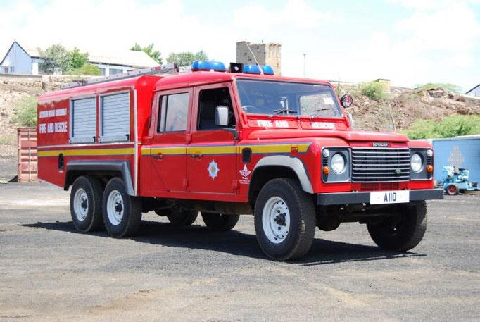 Un DEFENDER a sei rute motrici versione vigili del fuoco.