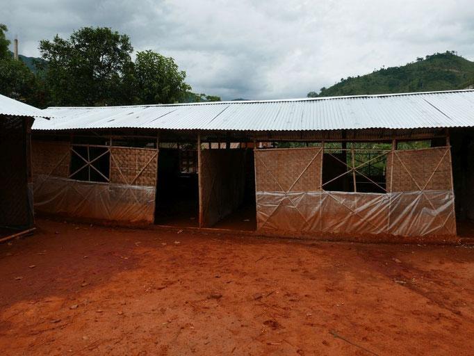 UNICEF hat als Übergangslösung Bambushäuser errichtet, die aber durch die Wetterumstände kaum ein halbes Jahr halten werden. Wie es danach weitergehen soll, kann sich hier noch keiner vorstellen.
