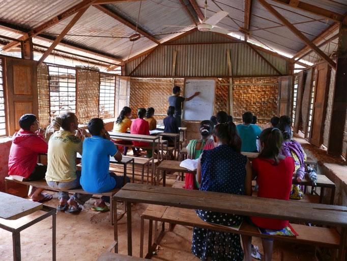 Obwohl in der Monsunzeit hier Schulferien sind, kommen einige Schüler freiwillig zum Ferien-Unterricht (ähnlich wie Nachhilfe). Wir dürfen eine Englischstunde mitmachen.
