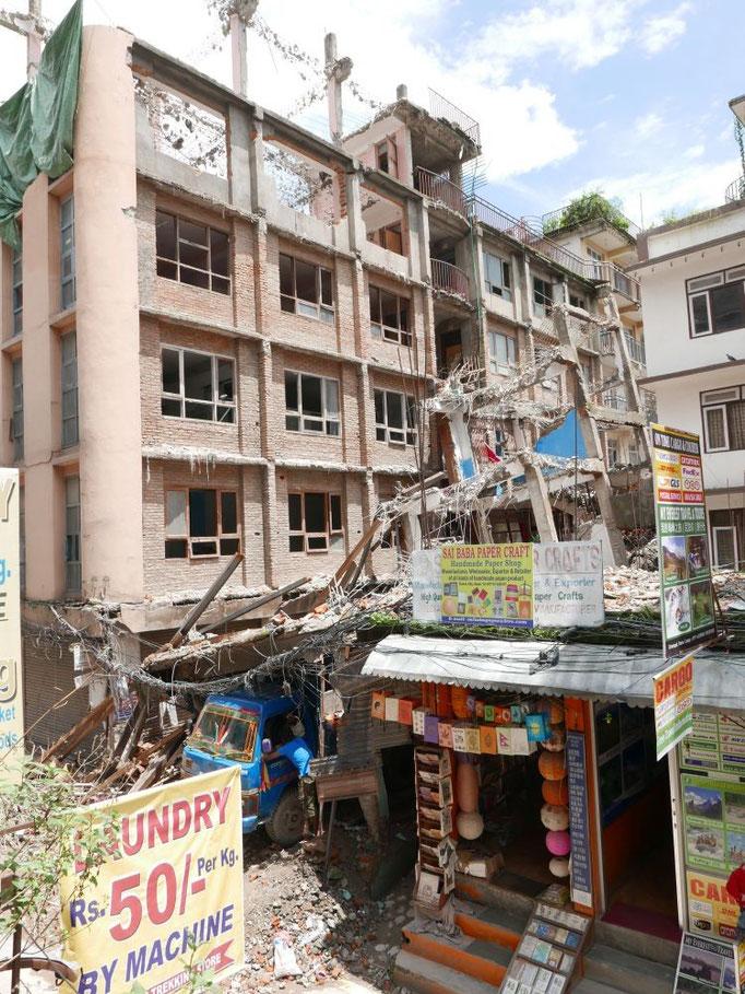 Ein eingestürztes Haus in Kathmandu. Vielerorts sind die Trümmer schon beseitigt und die Bruchstücke so gut es geht recycelt.