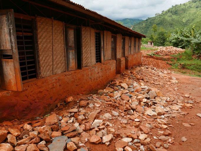 Die Erschütterungen während des ersten starken Bebens haben die Mauern der Schulgebäude herausgerüttelt. Die Löcher wurden hier provisorisch mit Bambusmatten gestopft.