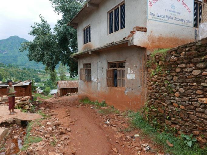 Die Risse in den Außenmauern lassen die Zerstörung der Bausubstanz nur erahnen.