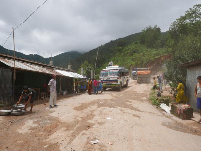 Mit dem Bus fuhren wir in die Berge Richtung Nuwakot.