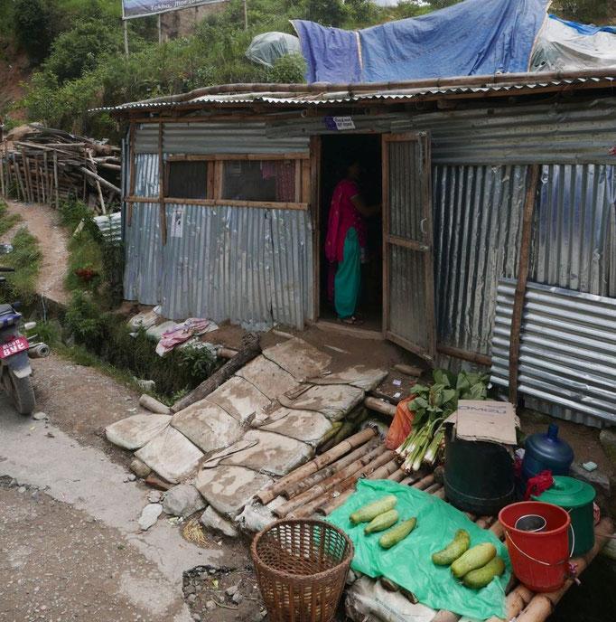 Wer sich's leisten kann, hat die zerstörten Häuserwände schon provisorisch mit Wellblech geflickt.