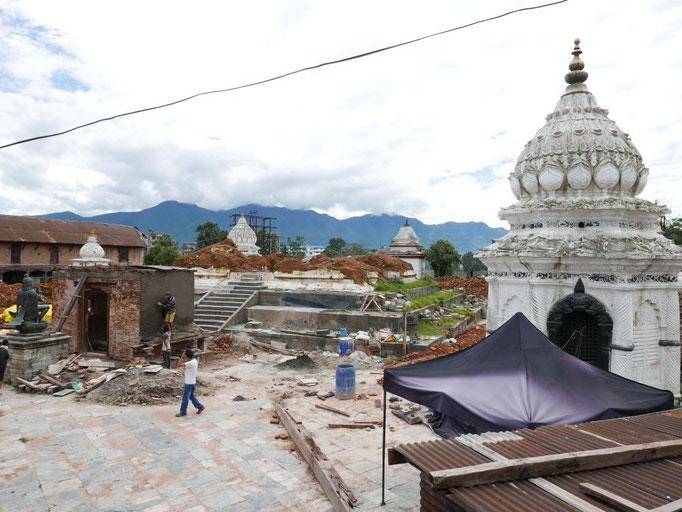 Hier sind nur noch das Fundament des Jahrhunderte alten Tempels übrig.