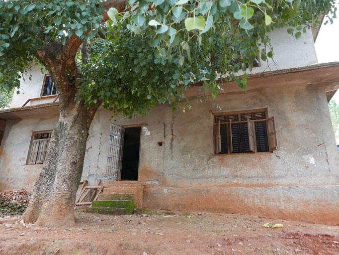 Das größte Gebäude der Schule steht zwar noch, ist aber so baufällig, dass dort keiner der 6 Räume weiter genutzt werden kann.