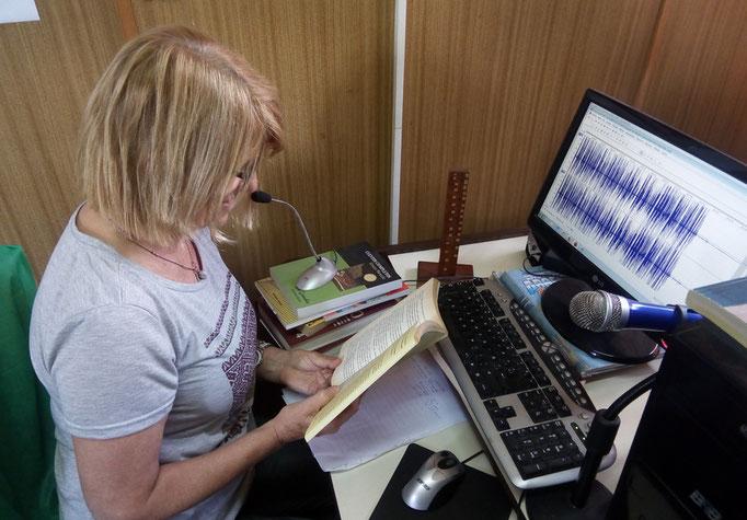 Briguitte Verellen, voluntaria, trabajando en la grabación.