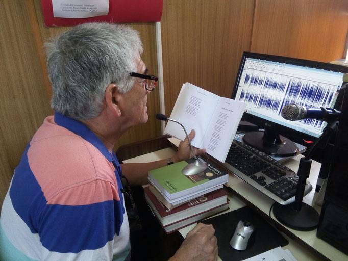 Raúl Sigampa, voluntario, trabajando en la grabación.