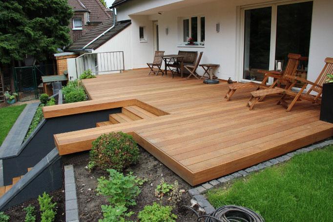 Holzterrasse mit Holztreppe
