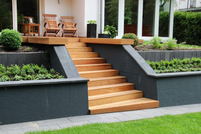 Holztreppe in den Garten