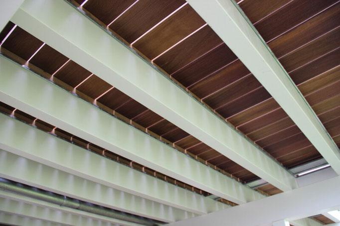 erhöhte Holzterrasse mit sichtbarer Balkenlage von unten