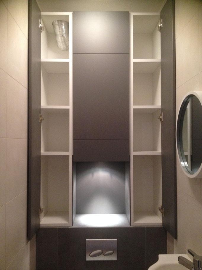 Rangements en colonne sur mesure au-dessus d'un wc suspendu type Gébérit par www.decoetmatieres.fr