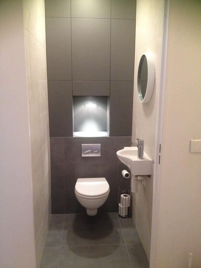 Toilettes Gébérit avec rangements sur mesure peints en cabine