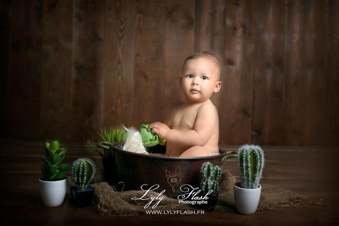 photographe Cannes photo bébé portrait d'art en studio fond bois bassine