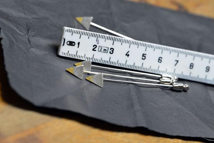 Es geht auch kleiner: Die 21 Zentimeter hohe Pyramide auf ein Zentimeter geschrumpft. Die Anstecknadeln sind eine Zugabe am Ehrungsabend. Foto: 2000meter.de