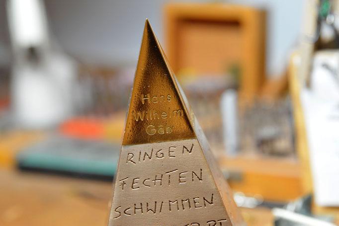 Die fix und fertig verarbeitete Pyramide auf der Werkbank. Foto: 2000meter.de