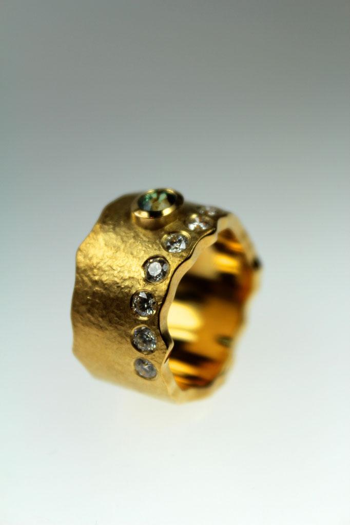 Ring aus der Goldschmiede Werner - Kollektion mit der hauseigenen patentierten Oberflächenstruktur