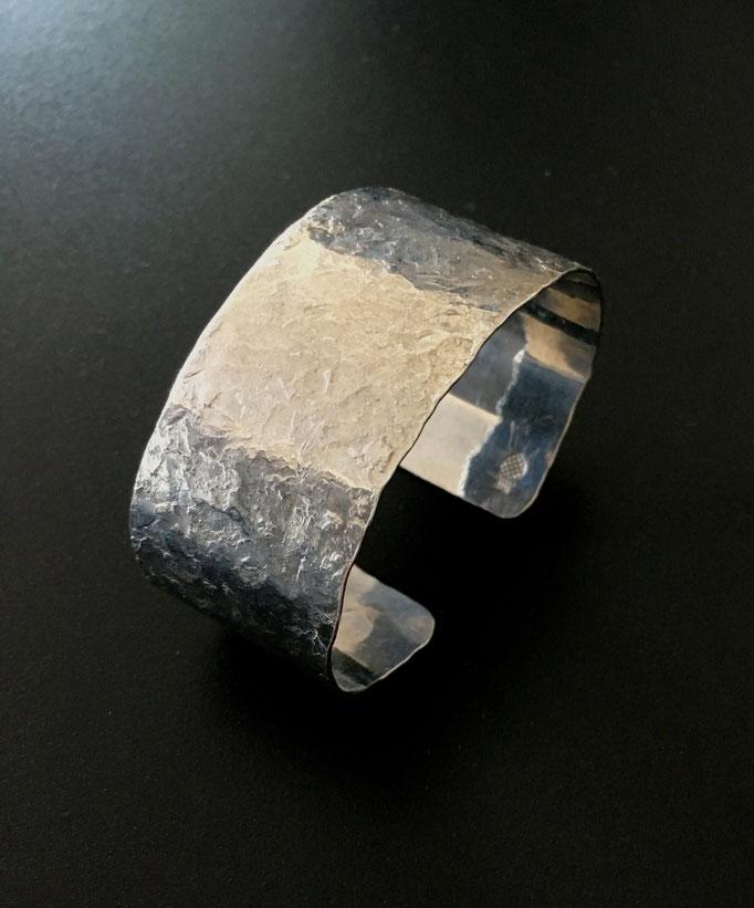 Silber Armreif mit der hauseigenen patentierten Oberflächenstruktur