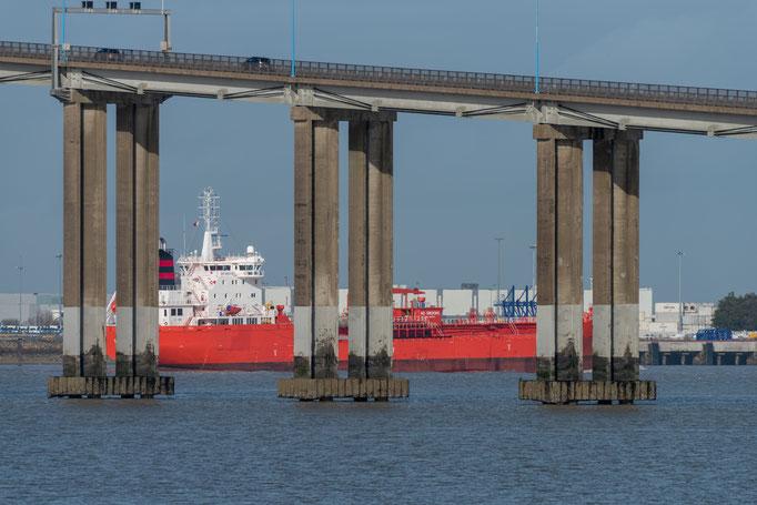 Saint-Nazaire 31 - Cargo sous le pont