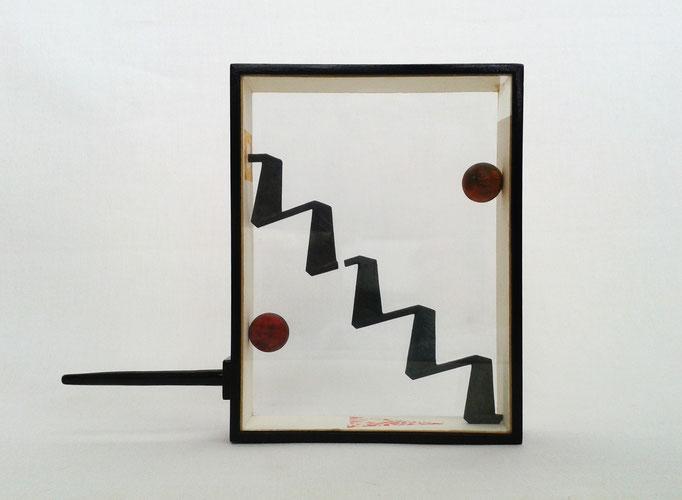ESCALERA PELIGROSA. 1994. 28 x 22 x 4,5 cm. Técnica mixta.